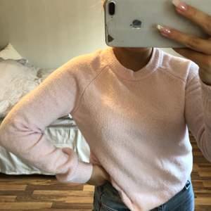 Säljer denna ljusrosa stickade tröja från HM då jag inte längre använder den! Storlek XS men passar även S. Frakt tillkommer