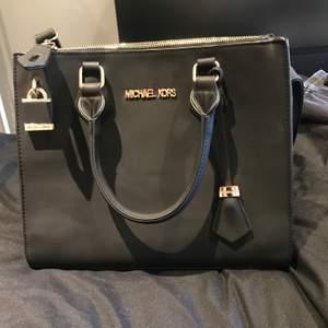 Snygg svart väska säljes då det inte är min stil använd ca 1-2 gånger ❤️  frakt tillkommer