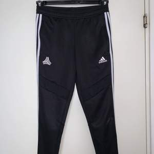 Svarta Adidas byxor, tränings marerial. Hämtas upp eller fraktas. Köparen står för frakt. Frakten ligger på ca 40kr. Skicka privat för bättre bild. Barnstorlek!!! 12-14 år!!!
