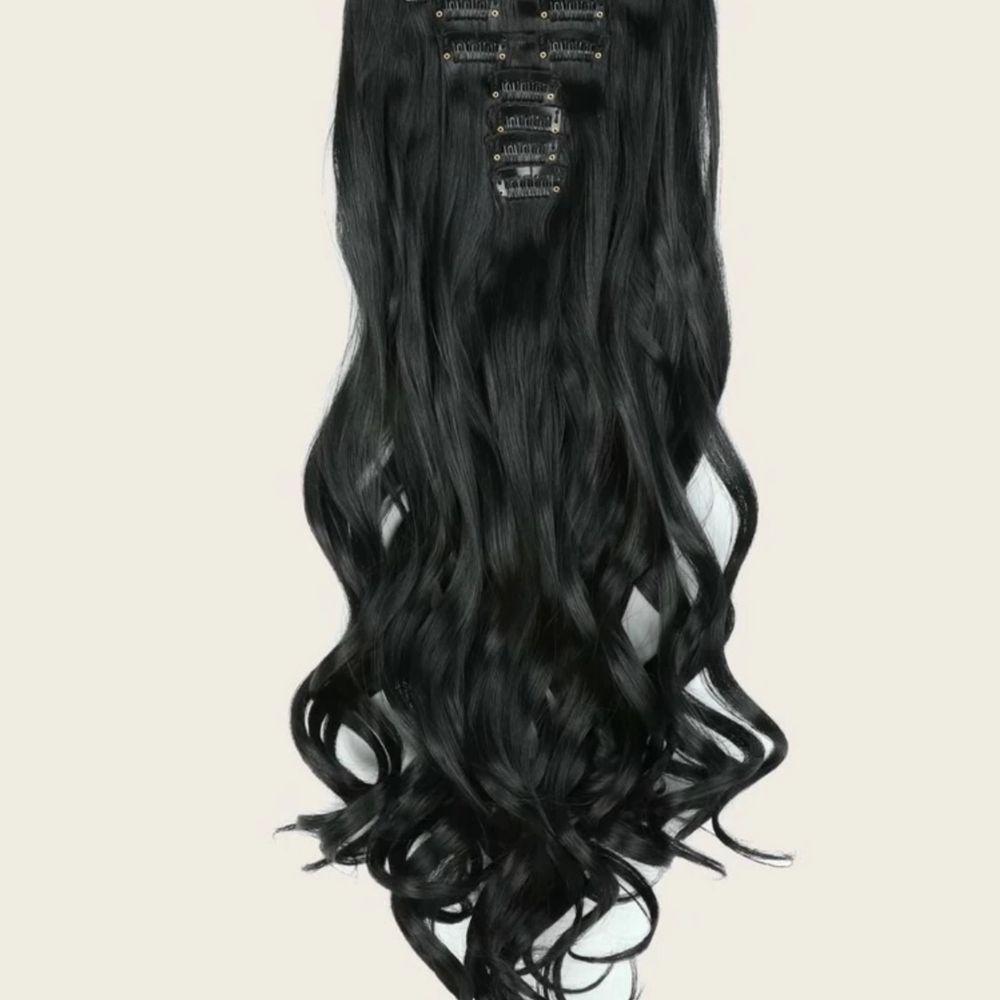 Säljer helt ny oanvända peruk/löshår! Lätt att använda tar 5minuter bara att få ett lång hår! De är så mjuka och exakt som på bilder! Fått som present men inte kommer till användning och finns även en annan färg! Se bild 3!♥️. Accessoarer.