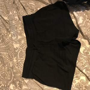 """Mjuka shorts som passar perfekt när det är varmt ute. Gjord i 100% bomull, i """"mjukis"""" material och sitter bra på. Frakt tillkommer eller mötas upp i Lund/Staffanstorp"""