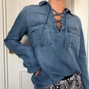 Jeansskjorta från Abercrombie & Fitch. Använd men i bra skick. Hör av er om ni vill ha fler bilder. Kan mötas upp i Halmstad annars tillkommer frakt.