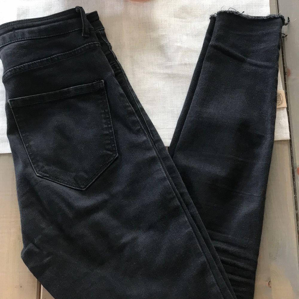 Svarta jeans med hål vid knäna från Zara. Supersköna och bra längd ifall man är ca 162 cm. . Jeans & Byxor.