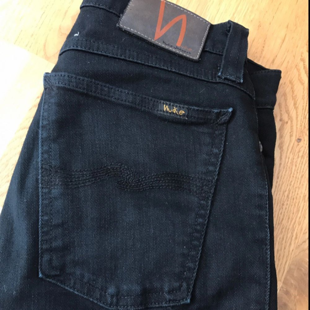 Svarta låga skinnyjeans från Nudie. Avklippt vid anklarna, passar en storlek 36. . Jeans & Byxor.