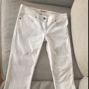 Burberry kort byxor i vit. Byxorna är i storlek 27 och längden på den är 76 cm. Materiell på byxor är stretch.