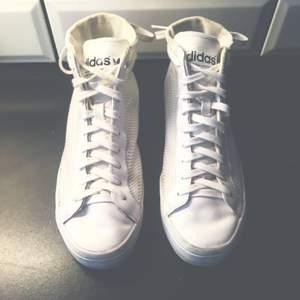 Sköna sneakers från Adidas. Beställde från Nelly.com, var fel strl och skickade aldrig tillbaka, så använda en gång.  Bekväma (om rätt strl) och snygga! Möts upp i centrala Sthlm och fraktar för kostnad. Pris diskuterbart :)