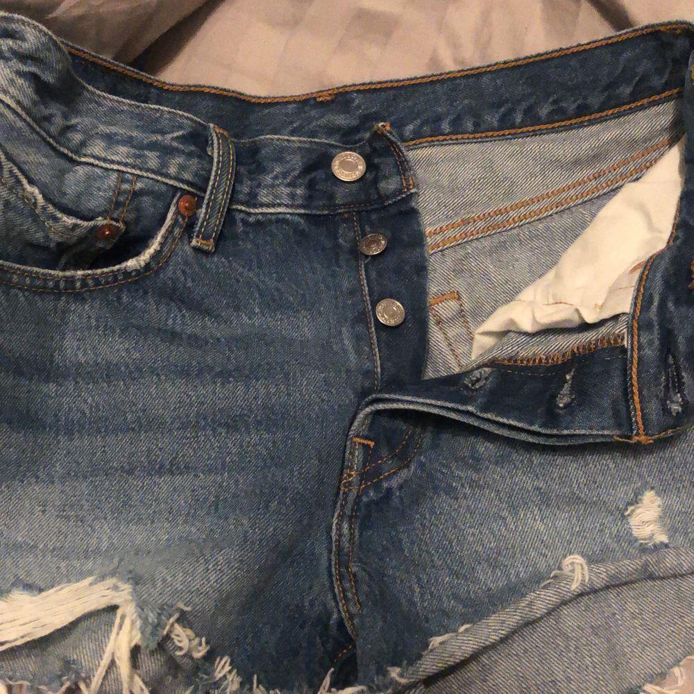Trendiga Levis jeans! Säljer mina levis shorts i modellen 501 då de tyvärr inte passar mig. Mycket bra skick. Medelhögmidja midja, Storlek xs-s. Köpta för 549 på nelly, säljer för 290 kr. . Shorts.