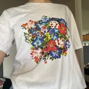 T-shirt från Nakd i storlek S men den är väldigt stor och sitter oversized på mig som brukar ha M, köparen står för frakten