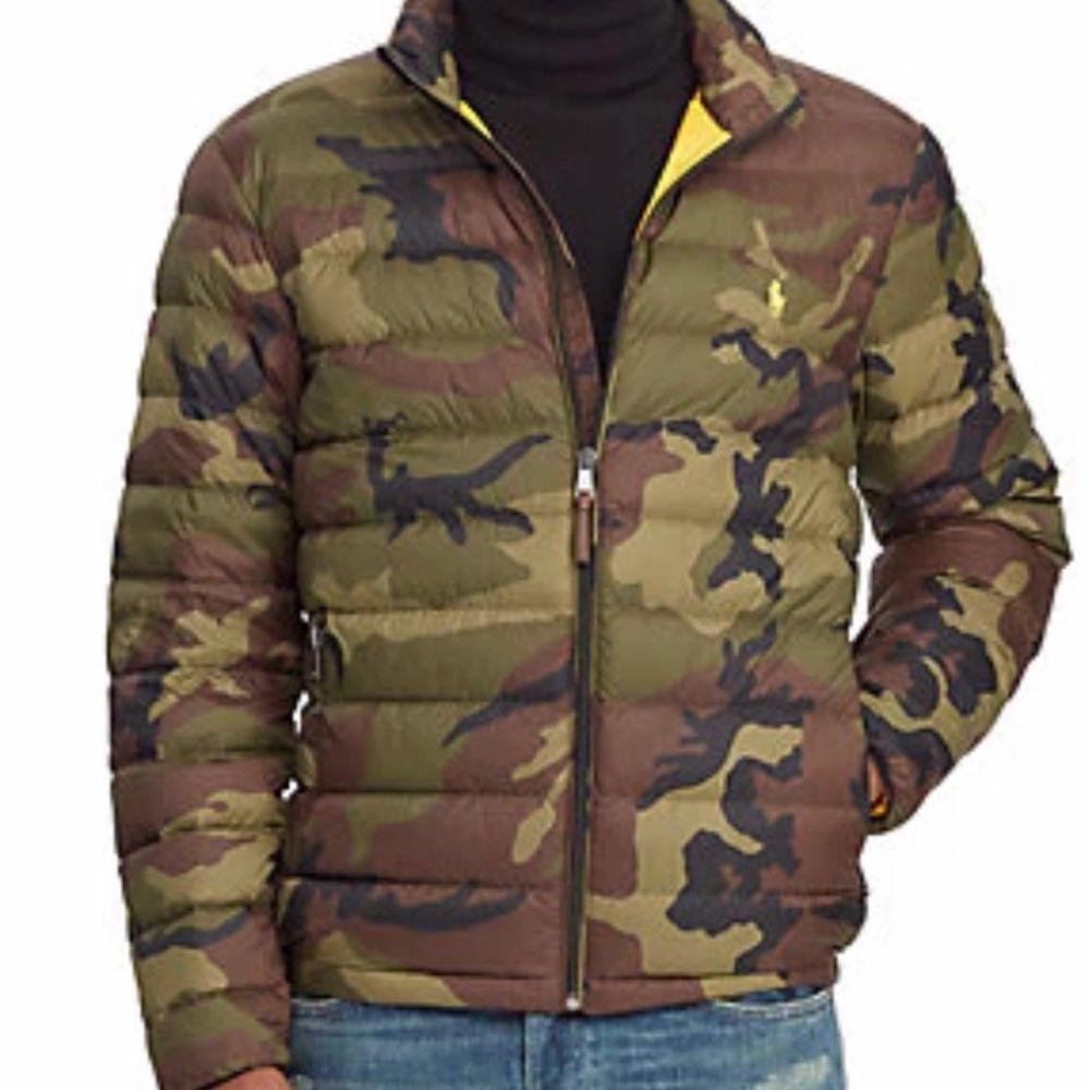 Hej! Säljer min Polo Ralph Lauren camouflage puffer jacket eftersom jag har en ny. Köpt från zalando vinter 19/20 och är en kollektion som inte säljs längre så du kommer aldrig se nån annan ha den! Storlek medium och kostade 3300 ny men säljer för 1490 kr. Använd sparsamt, i nyskick, och hade lapparna kvar, men buda gärna. Fraktar gärna! Vi gör upp om priset privat.. Jackor.
