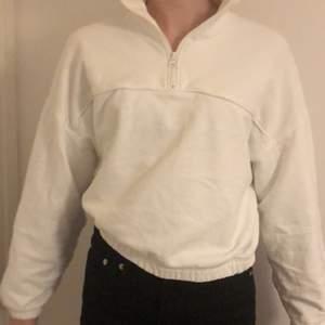 Vit sweatshirt ifrån weekday, använd några gånger, fri frakt