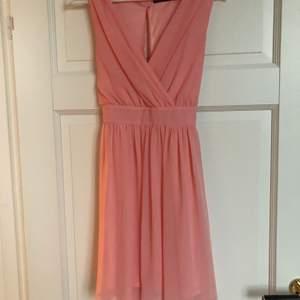 Rosa sommar klänning i storlek 36. Använd 1 gång. Frakt ingår.