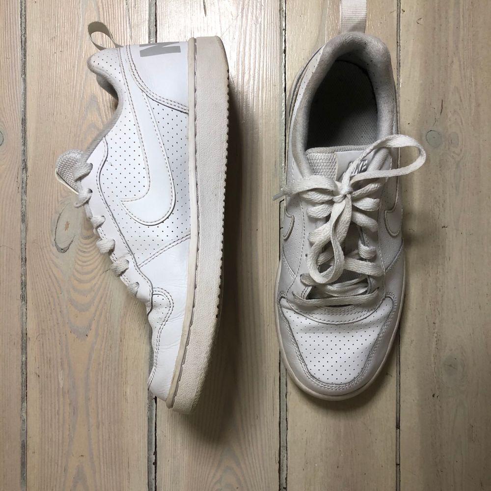 Ett par chill vita sneakers från Nike ✨ Skick 8/10 🥰. Skor.