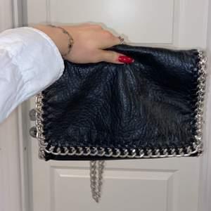 Säljer min väska som inte längre kommer till användning💕fint skick och går att ställa på många olika sätt🤍pris kan diskuteras!