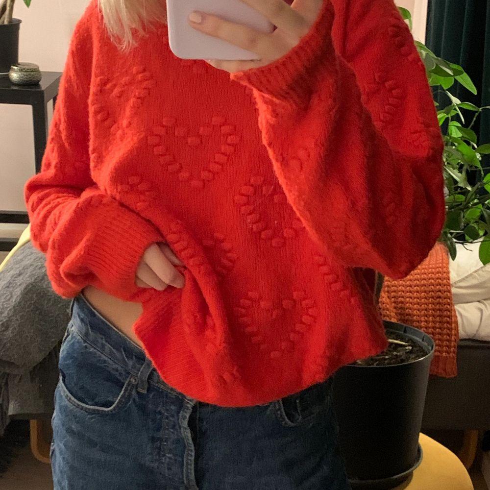 Superfin stickad tröja som är oanvänd! Den har små hjärtan vilket är en superfin detalj! 66kr för frakt❤️. Stickat.