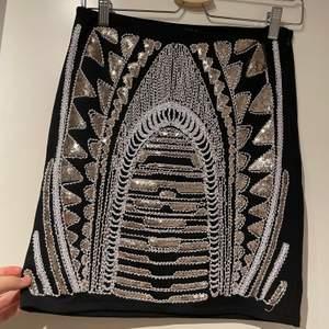 Så snygg kjol med paljetter, passar perfekt till nyår! Helsvart där bak. Mycket bra skick. Frakt 40 kr.