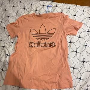 Helt ny adidas T-shirt i strl M men passar även M då den är lite liten