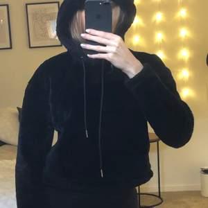 En jättemysig croppad hoodie från Urban Classics. Tröjan har en stor mysig luva och är i bra skick, mycket sparsamt använd.   Frakt tillkommer på 63kr och tar endast emot swish!