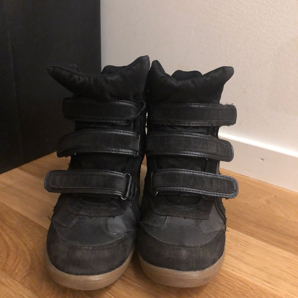Wedge sneakers svarta med beige sula. Skor.