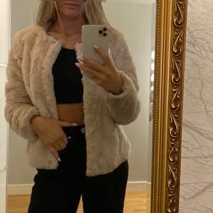 Säljer denna supermysiga fluffiga crémevita jackan från Vero Moda. Väldigt sparsamt använd💕💕 säljer för 180kr + frakt 🌸