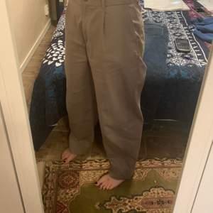"""Använder nästintill aldrig, men de är väldigt sköna♥️ Köpte dem på weekday i somras och modellen heter """"Mino Trousers""""👍🏼 (Köparen betalar för frakt) Buda gärna💜"""