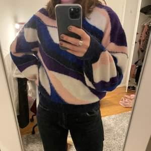 Säljer min supercoola tröja från other stories! Den är i alpacka ull så den är väldigt varm och skön nu i vinter. På bild 2 ser man även att tröjan har små små pärlor. Köpt förra hösten för cirka 900kr och den är i väldigt bra skick💕💖