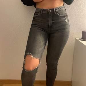 Säljer mina favorit gråa jeans från mango. Säljer eftersom jag precis köpt ett liknande par. Formar dina former jättefint:) frakten är inkluderad i priset