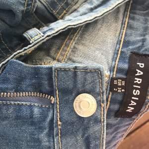 Söker du blåa boyfriend jeans med mycket hål på , då finns de här!