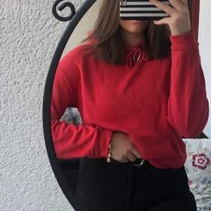 Vanlig simpel röd hoodie köpt på Cubus för nått år sedan, något nopprig men ändå bra skick! Köparen står för frakten🥰 80kr