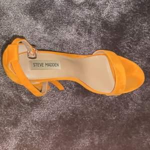Säljer mina orangea mocka klackar från Steve Madden. Jag har endast använt dem en gång så de är i väldigt bra skick. Köparen står för frakt eller så kan vi mötas upp.