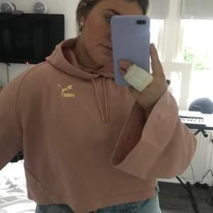 En Cooped hoodie från Kenzas kollektion med Puma i en gammelrosa färg med vida ärmar i storlek M (aldrig använd). Köparen står för frakt.
