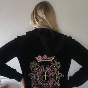Säljer min as snygga Juicy couture kofta som är i storlek M. Tyvärr så kan man inte knäppa den då dragkedjan har pajat lite men det går att fixa så man kan lämna in den. Skrolla för att se bild på det 🥰