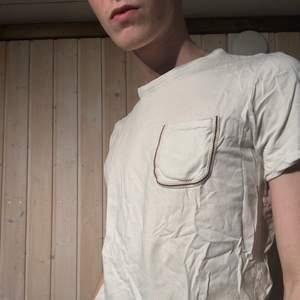 Snygg och enkel t-shirt från jack&jones med vintage-detalj på fickan. Riktigt härligt material!                Samfraktar gärna.