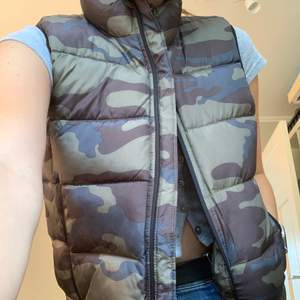 Sleeveless puffer jacket ! Size M, never worn and really comfortable. Original price 750 kr selling for 250 ! Meet up in stockholm or pay for shipping 💕