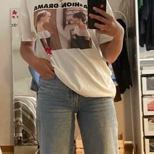 Super populär slutsåld t-shirt ifrån Zara med ett coolt tryck. Säljes pga att jag ej använder den längre! Vid flera intresserade blir det budgivning. ☺️