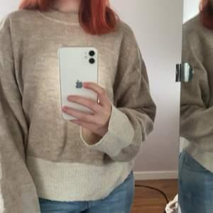 Väldigt mysig och fin tröja från hm som är jätte gullig till ett par ljusa jeans💕 (köparen står för frakten)