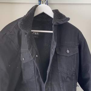 Säljer en svart jeansjacka i storlek M, jättefin och är i bra skick. Jackan är från zara.