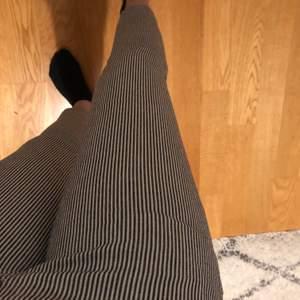 Randiga kostymbyxor från hollister. Superfina men passar tyvärr inte mig längre. Kan frakta eller mötas upp i Uppsala💕