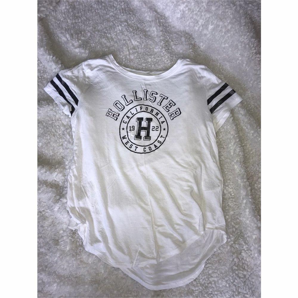 Vit tunn t-shirt från Hollister med tryck. Aldrig använd. Frakt tillkommer. . T-shirts.