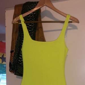 Neon gul klänning köpt från zara köpt för ungefär 2 månader men ej använd
