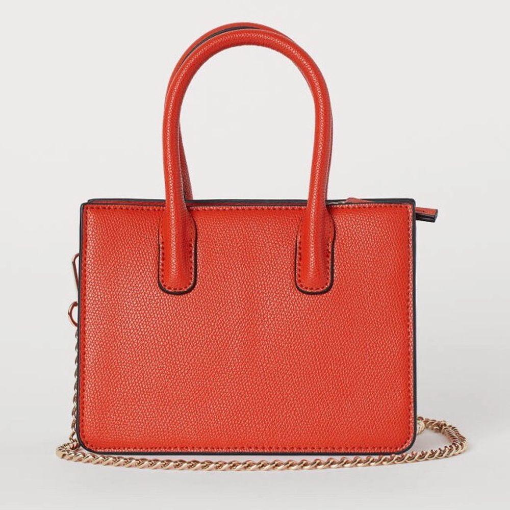 Säljer den här mini väska från h&m. Använd en gång och väskan är fortfarande fräsch💖 . Väskor.