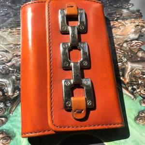 En Hugo Boss nyckelfodral 😊 Använd ett fåtal gånger, i gott skick! Bara frakt (köparen betalar för frakt). Betalning via swish ✅ (säljer även en plånbok som är i samma stil) ☺️