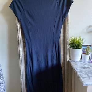 Säljer den här snygga knälånga klänningen. Den sitter som en smäck på och framhäver alla kurvor 😍
