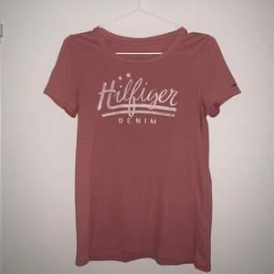 Superfin rosa t-shirt från Tommy Hilfiger i storlek Xs. Köpt på Tommy Hilfiger i USA och är mycket fint skick. 75kr + frakt