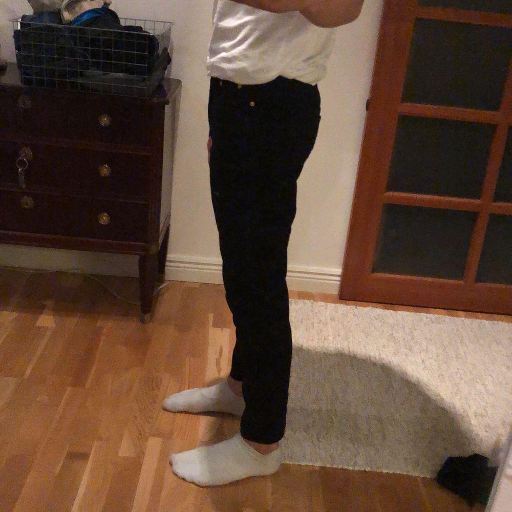Snygga svarta jeans från New look! Helt oanvända, till och med lappen finns kvar! Säljes pågrund av att de aldrig kommit till användning. Storlek 28x30.. Jeans & Byxor.