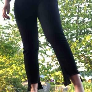 Svarta jeans från NAKD med cool detalj nertill! Aldrig använda då dem är för små. Det är en 38 men dem är små i storleken.