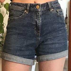 Säljer dessa jättebekväma, högmidjade shorts. Jättebra skick och bara använda några gånger.  Du betalar frakten men möts gärna upp i Stockholm för enkelhetens skull!