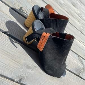 Galet snygga klackskor i mocka och väldigt bekväma, har tyvärr bara kommit till användning en gång! Klacken är 7.5cm. Nypris 900.