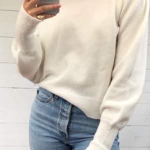 Supermysig stickad tröja från Chiquelle. Perfekt att dra över klänningen på svala sommarkvällar eller att matcha till ett par jeans. Använd ett fåtal gånger. Ärmarna är långa och går att vika upp om man känner för det. Jag är 175 cm lång. DM för intresse.