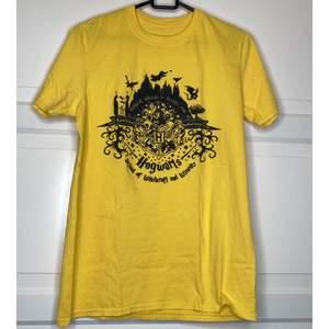 Harry Potter Merch i form av en Gul T-shirt! {Köpare tillkommer/hämtar i Upplands Väsby}