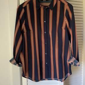 Superskönt och lätt skjorta från BikBok. Rak modell. Strl M Frakt: 63 kr